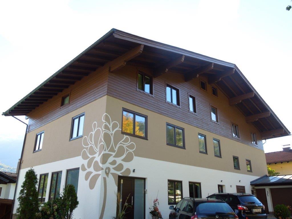 Fassade mit Motiv Baum