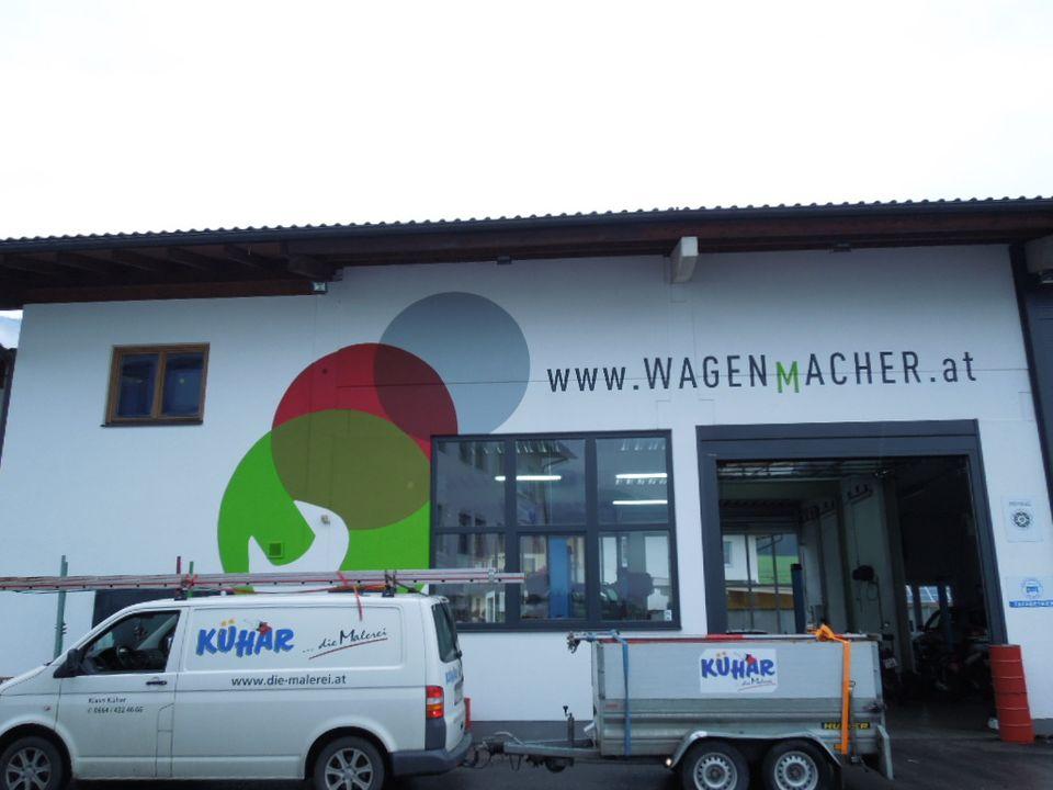 Fassade mit Firmenbeschriftung