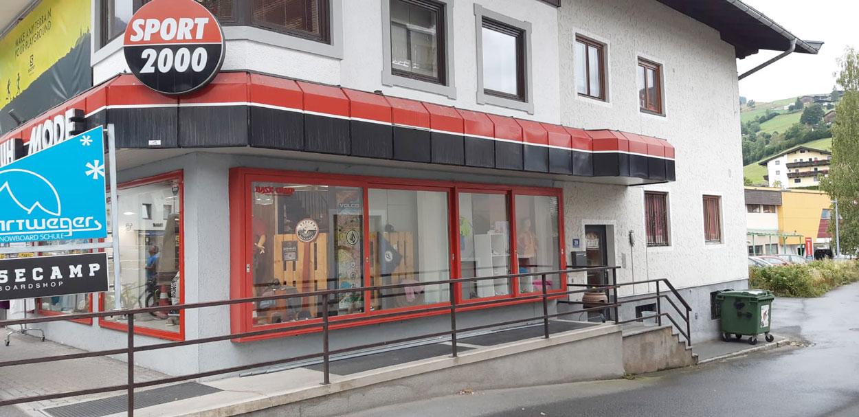 Ein Geschäftslokal vor der Renovierung. Fassade und Metallbeschichtung